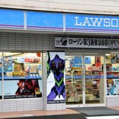 Lawson da marcha atrás con su tienda de Evangelion a causa de una horda de otakus