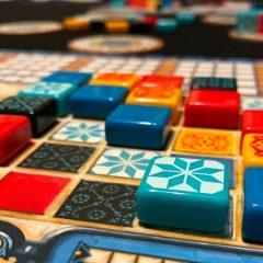 'Azul', las posibilidades lúdicas de la cerámica decorativa